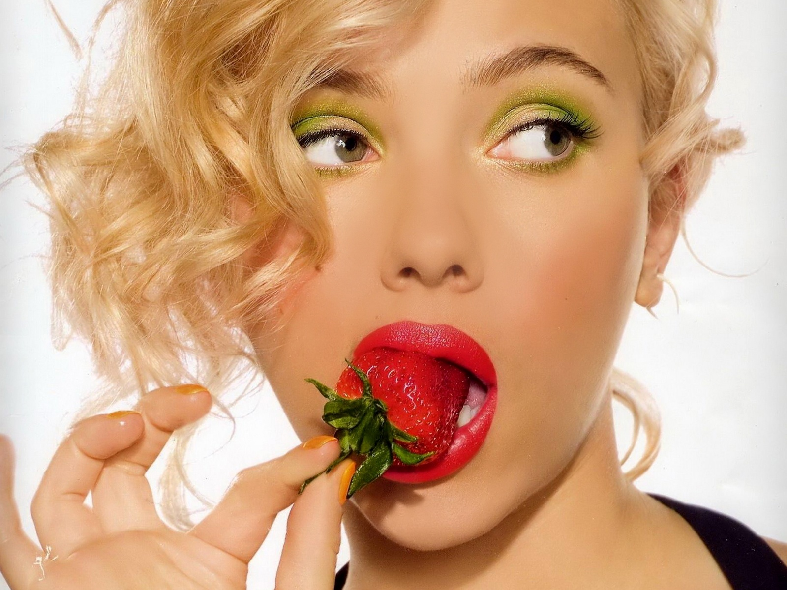 scarlett johansson hot eating straw berry